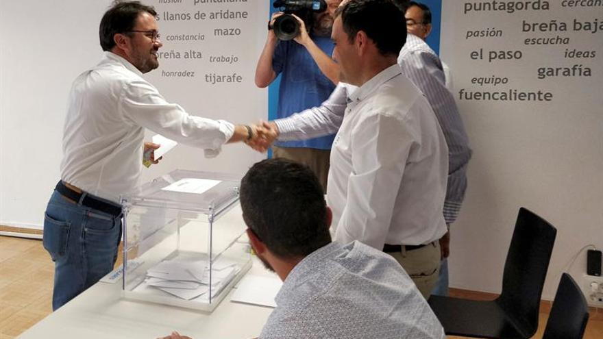 Asier Antona, en el momento de votar en la isla de La Palma.