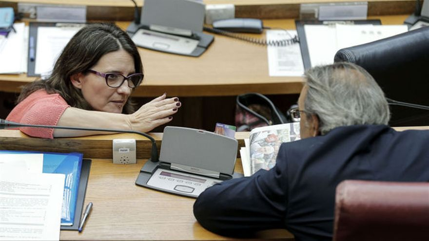 La vicepresidenta del Consell, Mónica Oltra, y el portavoz parlamentario del PSPV-PSOE, Manuel Mata, en las Corts Valencianes.