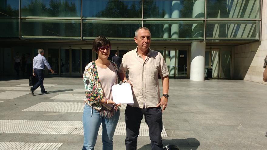 Marta Sorlí y Joan Baldoví, diputados de Compromís, presentando la denuncia en la Ciudad de la Justicia