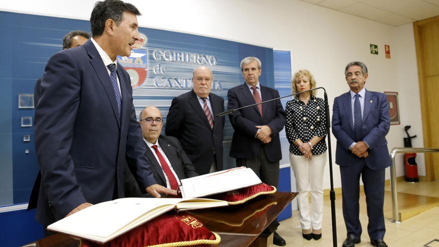 Fernández Mañanes ha tomado posesión del cargo arropado por la cúpula del PSOE y sus nuevos compañeros de Gobierno. | LARA REVILLA