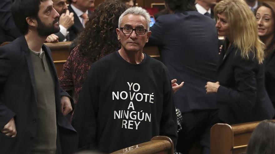 Cañamero recuerda con su camiseta que el Rey no fue elegido democráticamente