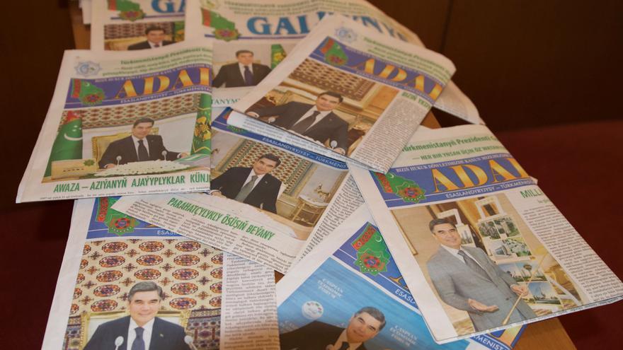 La portada de los diarios turkmenos apenas varía de un día a otro. El rostro del tirano siempre ocupa el espacio más destacado.