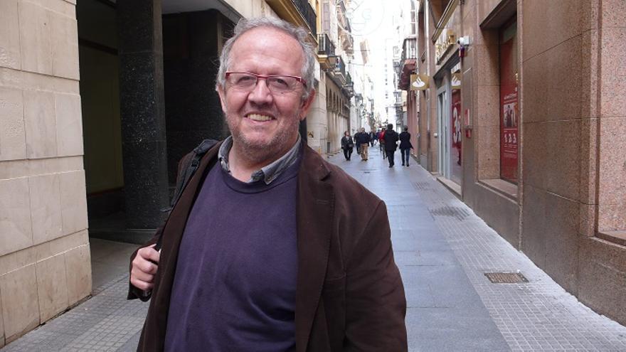 Juan José Téllez posa en la calle San Francisco de Cádiz.