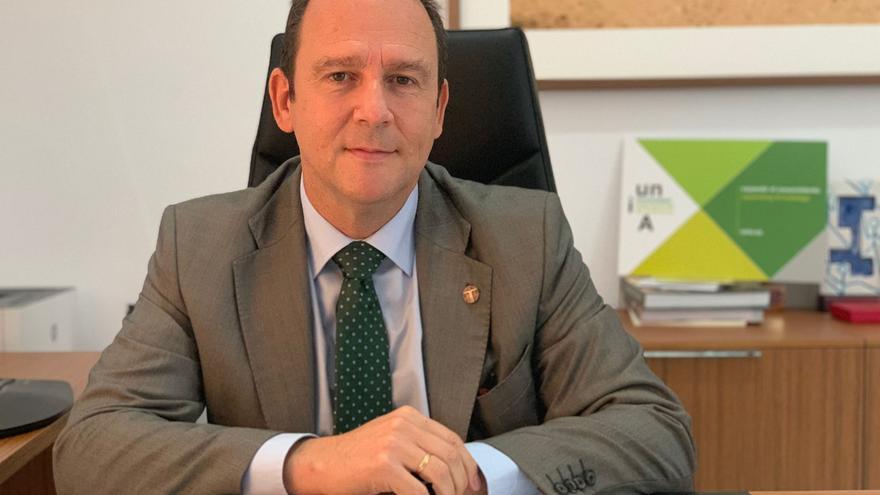 El rector de la UNIA, en su despacho de la sede de La Cartuja.