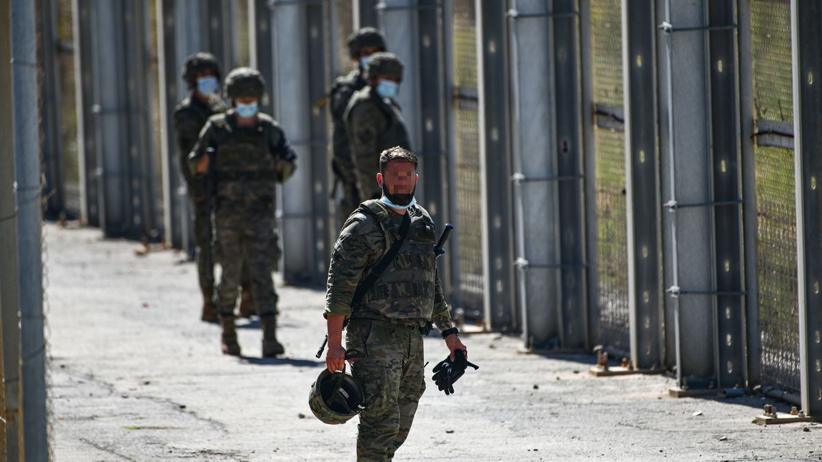 Varios militares vigilan desde la valla que separa Ceuta de Marruecos la llegada de migrantes, a 19 de mayo de 2021, en Ceuta, (España).
