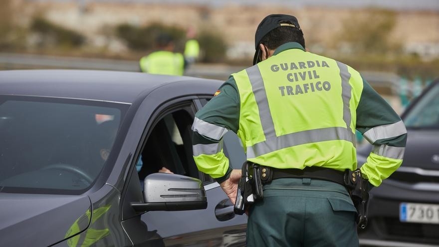 Archivo - Un Guardia Civil de Tráfico pide la documentación durante un control en la carretera R5 km 20, en Madrid (España), a 26 de marzo de 2021.