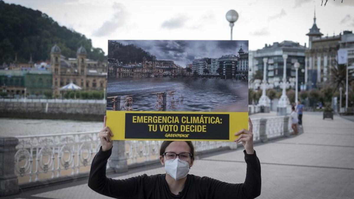 Cartel de Greenpeace anunciando cómo puede afectar el cambio climático a la playa de La Concha