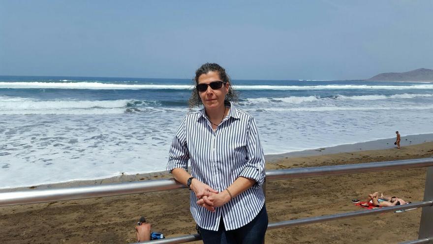 La activista de SOS Racismo, Belén Santos, en la playa de Las Canteras, en Las Palmas de Gran Canaria.