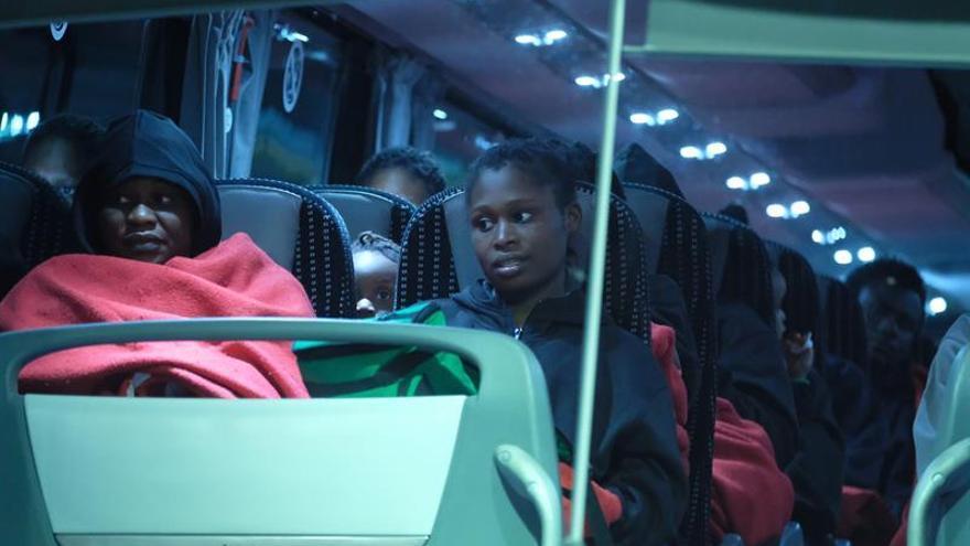 Traslado de las personas que llegaron a Fuerteventura tras ser rescatadas por Salvamento. (EFE/Carlos de Saá).