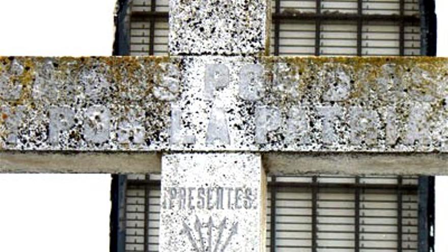 Una Cruz de los Caídos con símbolos falangistas sigue en pie en Hornachos
