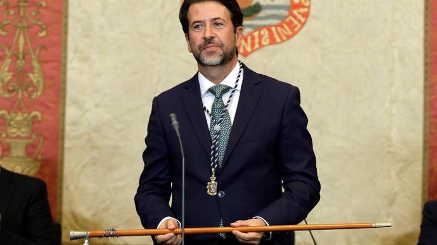 Carlos Alonso, tras recibir el bastón de mando por tercera vez, en este caso de manos de José Manuel Pitti, el consejero insular con más edad
