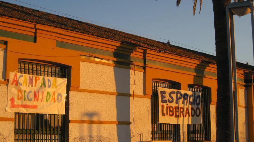 Fachada del colegio Rey Heredia ocupado por la Acampada Dignidad.