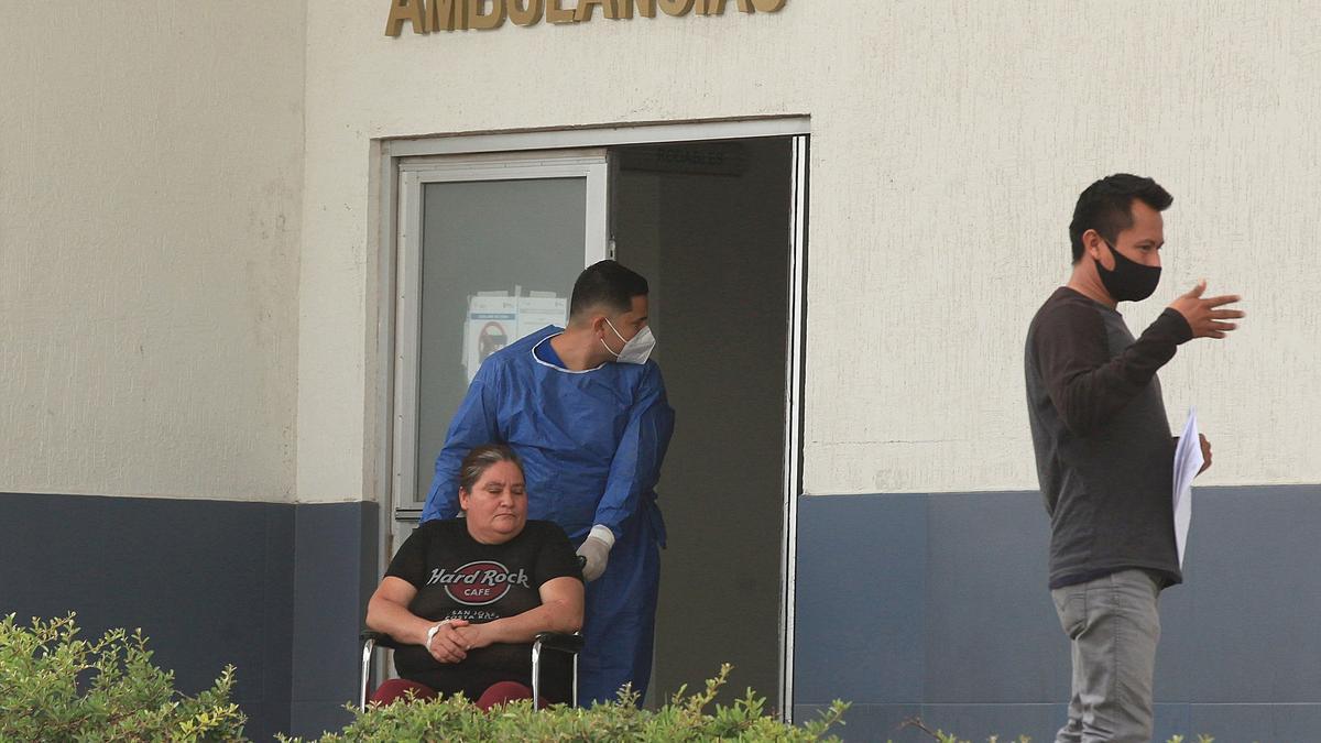 Un enfermero ingresa hoy a una paciente con síntomas de Covid-19 al área especializada en el Hospital General, en Ciudad Juárez, estado de Chihuahua (México). EFE/Luis Torres