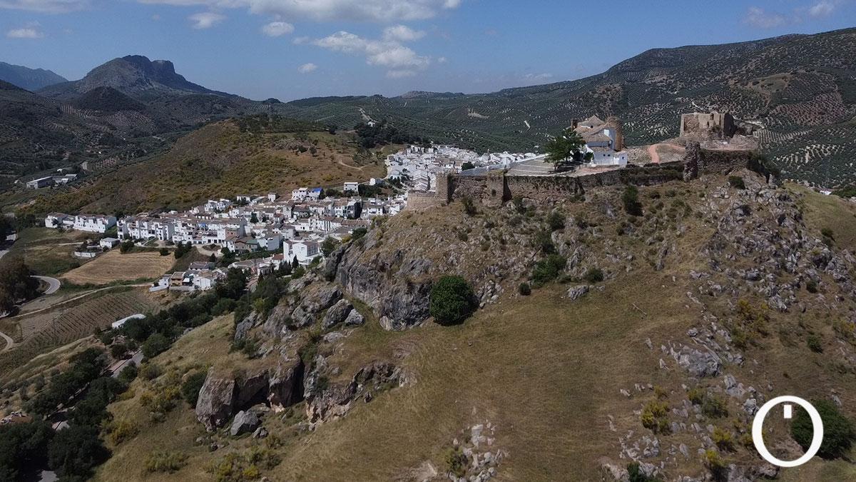 Castillo y el pueblo de Carcabuey al fondo
