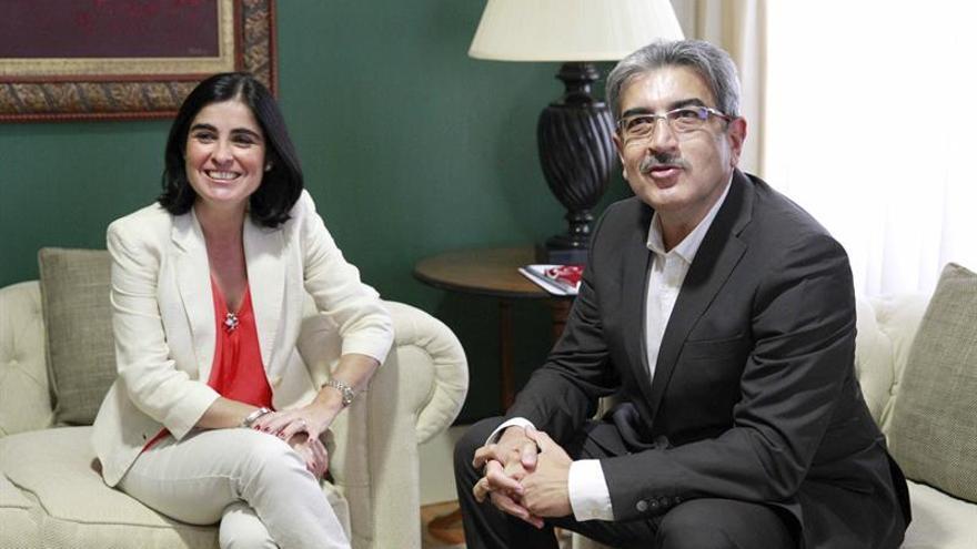 La presidenta del Parlamento de Canarias, Carolina Darias recibió hoy al portavoz de Nueva Canarias, Román Rodríguez.- (Efe/Cristóbal García).