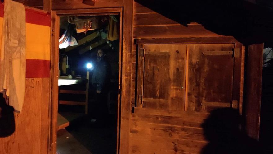La Guardia Civil investiga un incendio en las cabañas de un centro de acogida de menores en Melilla.