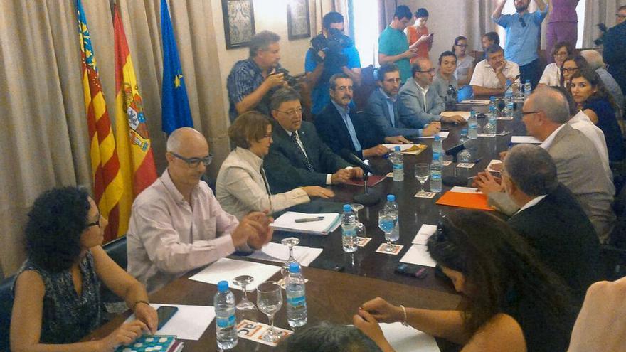 El president Ximo Puig y la consellera Elena Cebrián en la reunión mantenida con los alcaldes de los municipios afectados por los incendios