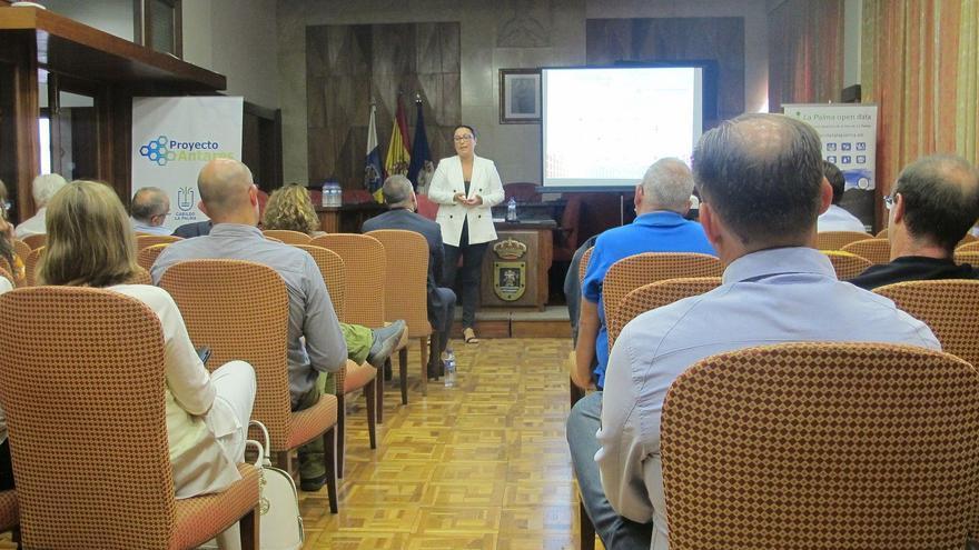 La consejera de Participación Ciudadana del Cabildo de La Palma, Carmen Brito, ha sido la encargada de inaugurar la jornada  Promoviendo la disponibilidad y la reutilización de la información.