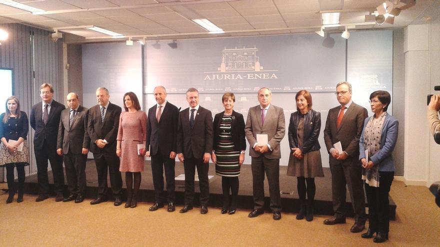 Instituciones y colectivos sociales vascos se turnan para conmemorar a víctimas del terrorismo durante cuatro horas