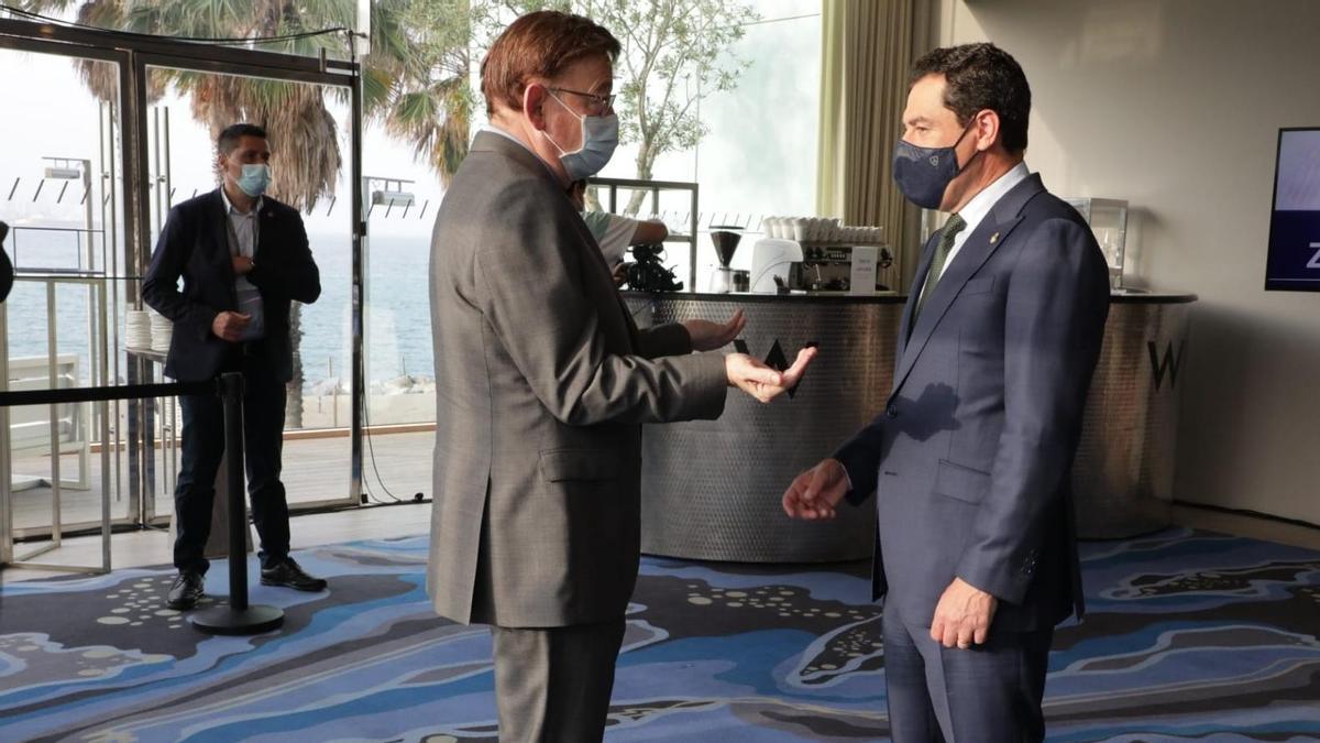 El president de la Generalitat, Ximo Puig, conversa con su homólogo andaluz, Juan Manuel Moreno Bonilla.