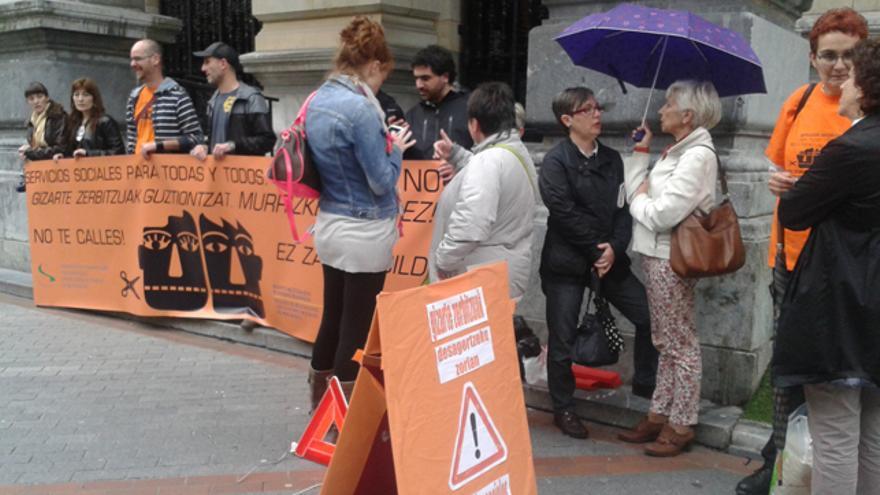 Trabajadores y educadores sociales protestan contra los rectores frente a la Diputación de Bizkaia. /Imagen de la Marea Naranja