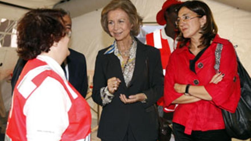 Doña Sofía charla con una voluntaria de Cruz Roja, este jueves en el Puerto de La Luz. (ACFI PRESS)