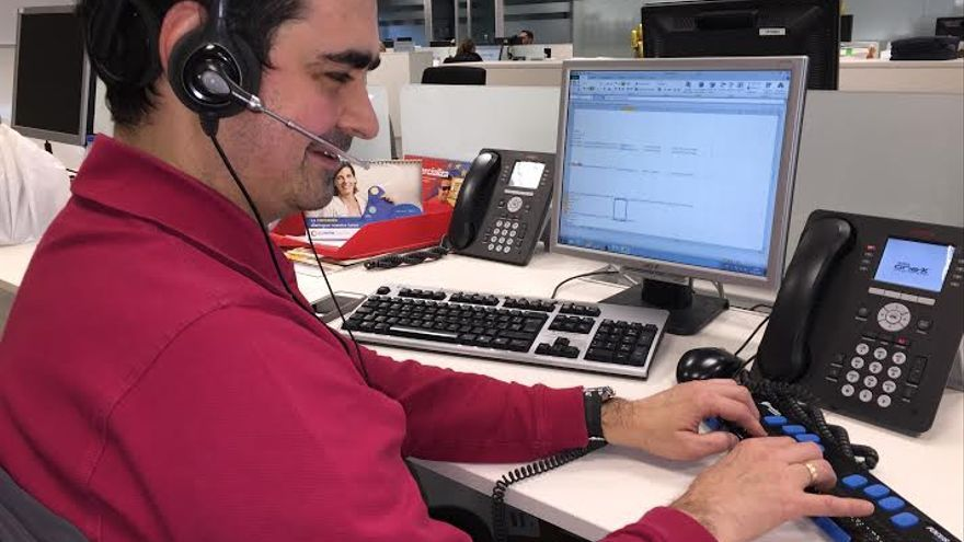Un trabajador de Ilunion accede a internet con ayuda de una línea Braille y síntesis de voz en sus auriculares
