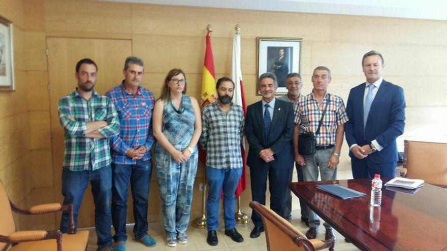 El presidente ha recibido en su despacho a varios miembros de la Asamblea en Defensa de Las Excavadas.