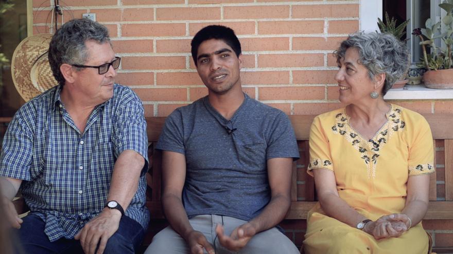 Naveed, junto a Patxi y María, explica la felicidad que da tener una familia en Pakistán y otra en España
