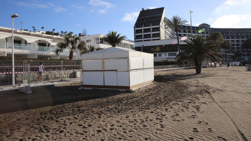 Usuarios de las playas del sur de Gran Canaria apelan a la Ley de Costas para parar los chiringuitos de la familia condal
