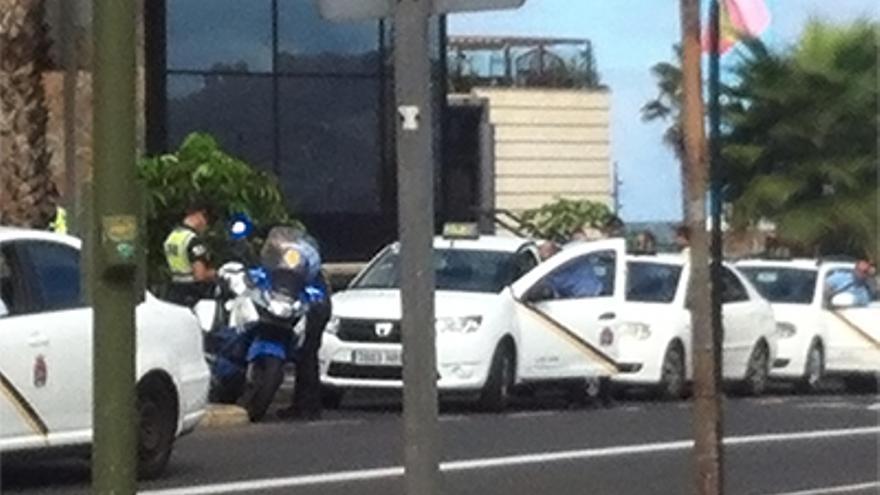 La Policía Local comprueba que los taxistas de Las Palmas de Gran Canaria disponen de la nueva uniformidad obligatoria.