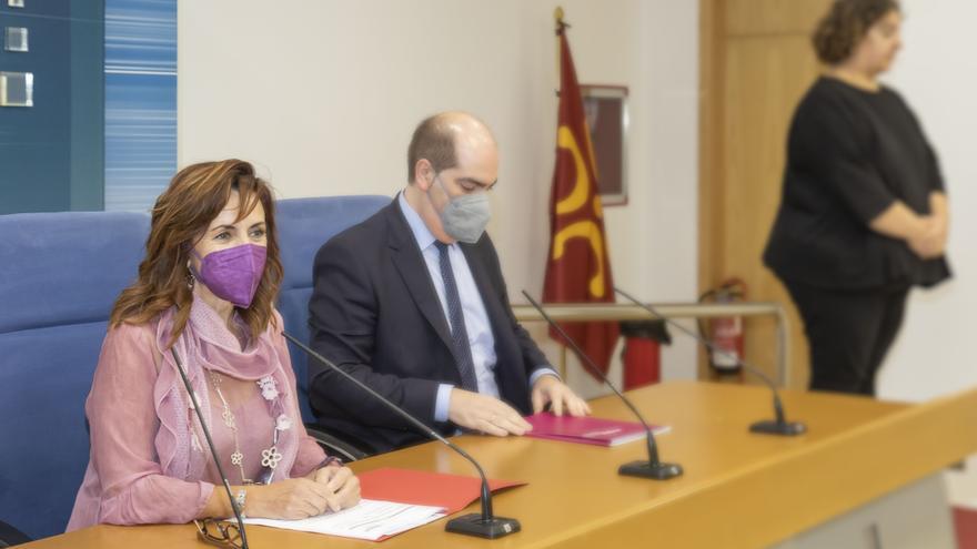 Archivo - La consejera de Empleo y Políticas Sociales, Ana Belén Álvarez, y el director del Servicio Cántabro de Empleo, José Manuel Callejo