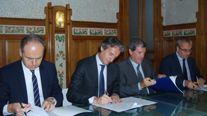 El ministro de Fomento, Íñigo de la Serna, y el presidente del Puerto de Valencia, Aurelio Martínez, durante la firma del convenio