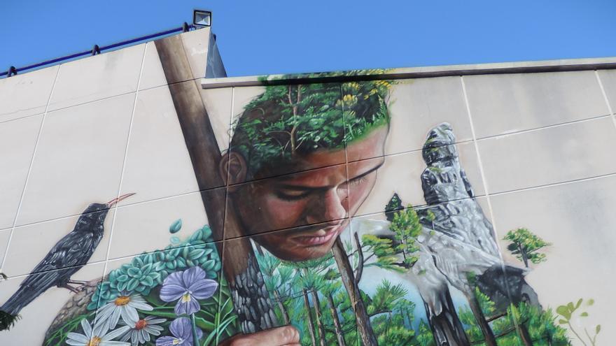 Mural de Tanausú del artista Sabotaje Montaje en la fachada oriental de la Casa de la Cultura de El Paso.