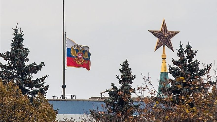 El Kremlin coloca la bandera rusa a media asta en señal de duelo