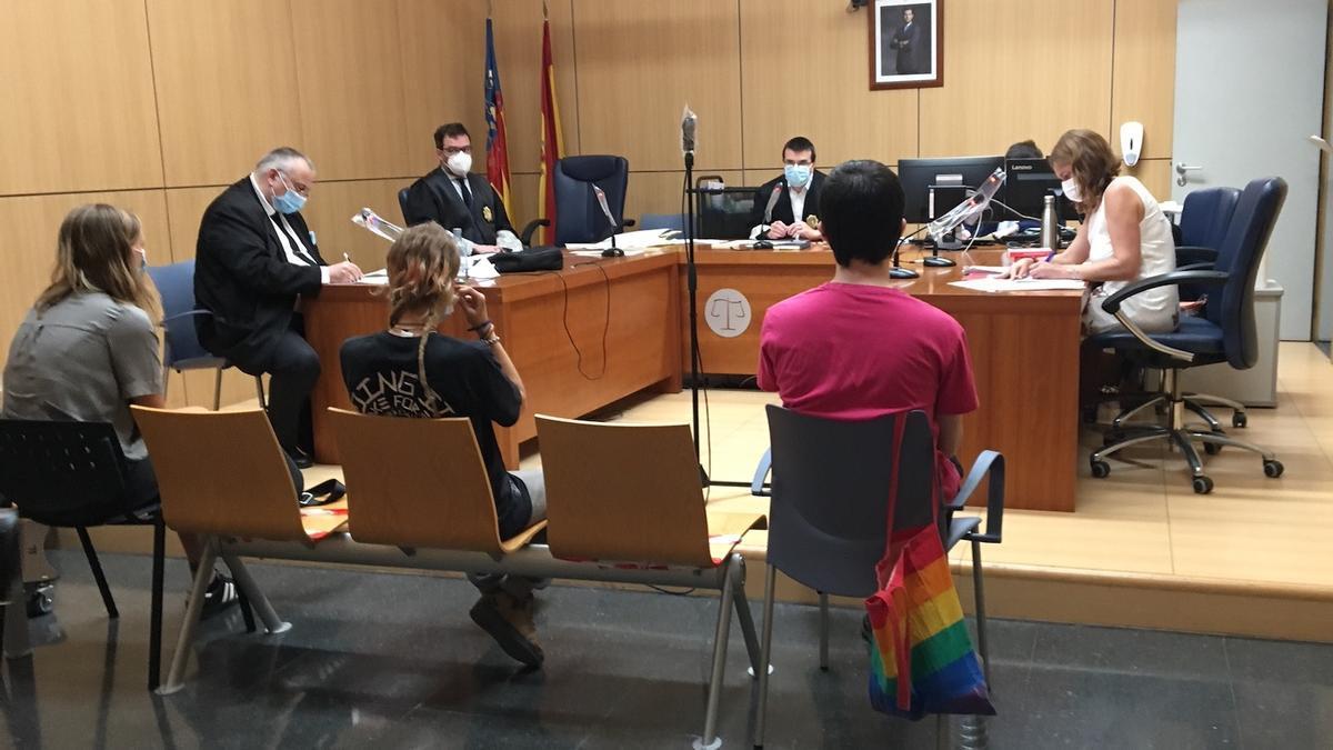 Los tres activistas acusados, en el banquillo de los acusados.