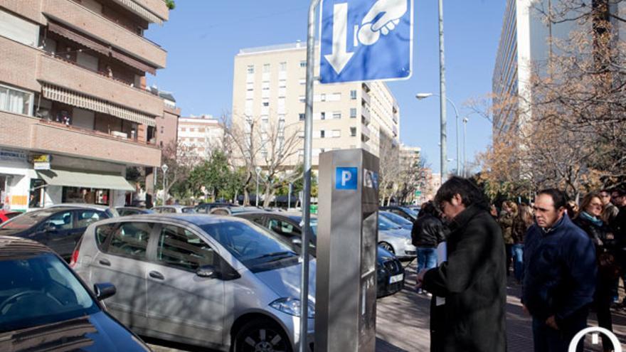 Un cordobés se dispone a pagar en la zona azul  MADERO CUBERO