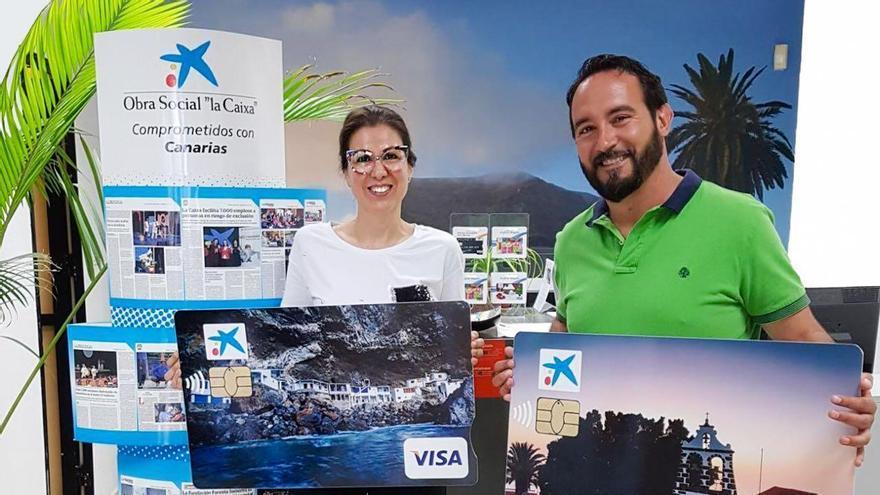 Mónica Barreto, directora de la oficina de CaixaBank en Tijarafe; y Marcos Lorenzo, alcalde de Tijarafe.