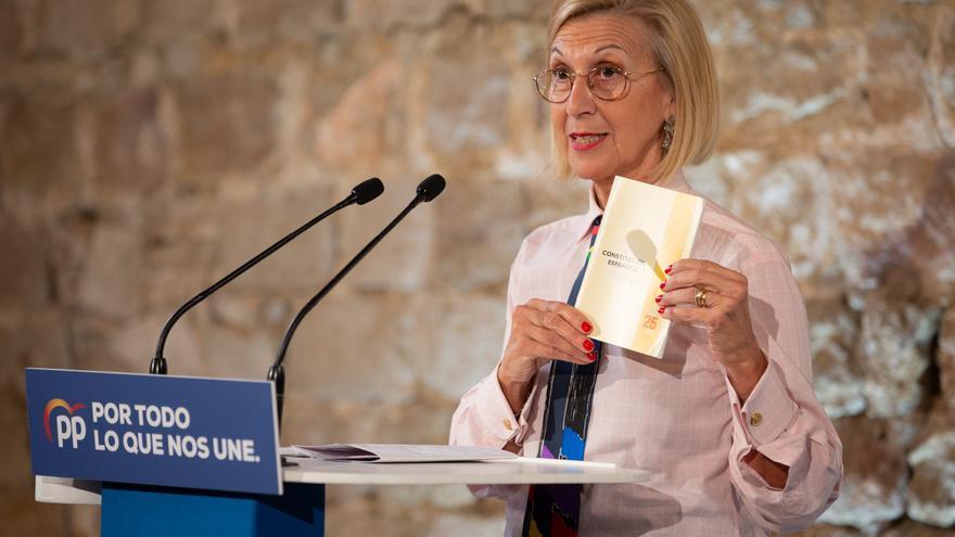 La fundadora de UPyD, Rosa Díez durante su intervención y con la Constitución Española en la mano en el acto de campaña del Partido Popular en el Museo de Historia de Barcelona (España), a 6 de noviembre de 2019 / Europa Press
