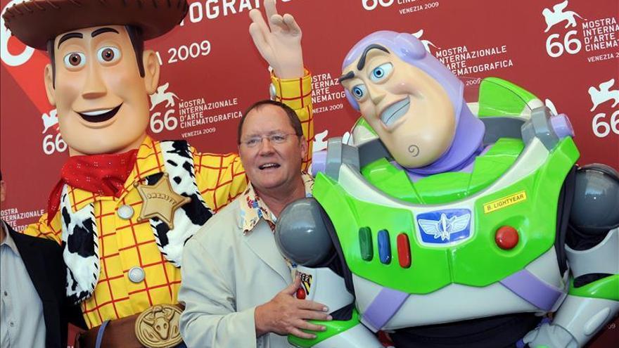 John Lasseter, junto a los personajes de la película 'Toy Story' en una imagen de archivo.