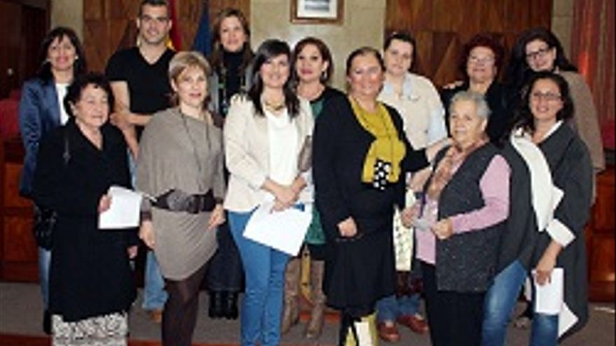 Los nuevos artesanos con carné posan con la presidenta del Cabildo.