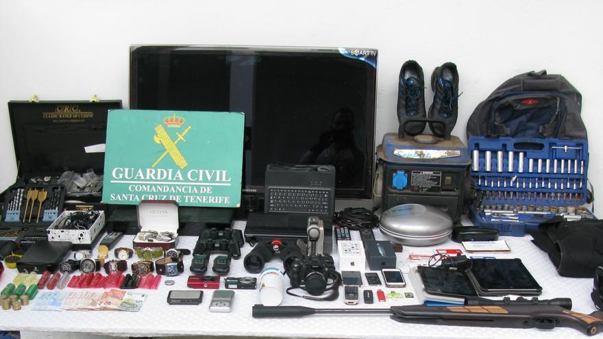 En la imagen, algunos de los objetos recuperados por la Guadia Civil.