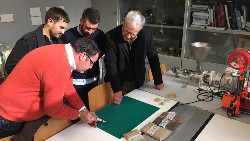 El alcalde de Valencia, Joan Ribó (derecha), con los ediles Pere Fuset y Sergi Campillo, y con uno de los investigadores.