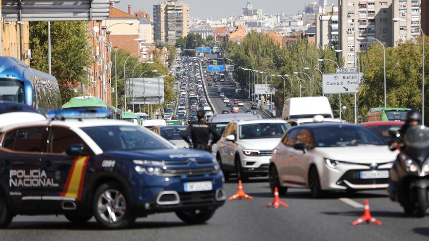 Agentes de Policía Nacional durante un control en la carretera A-5, en Madrid (España), a 9 de octubre de 2020.