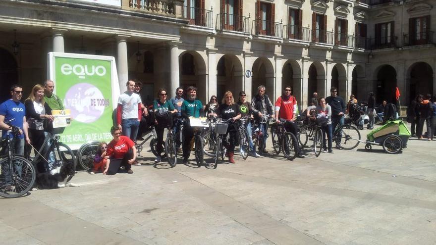 Los participantes de la bicimarcha del 2013 posan ante la prensa en el centro de Vitoria.