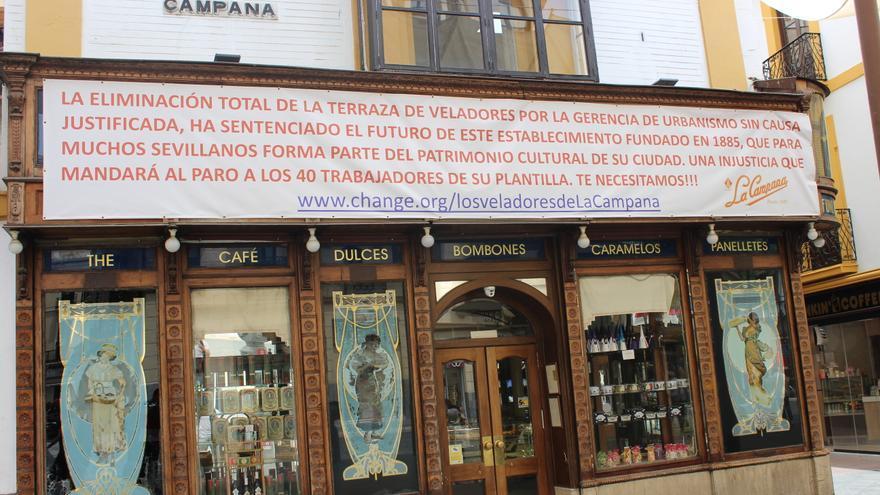 Pancarta protesta en la fachada de La Campana