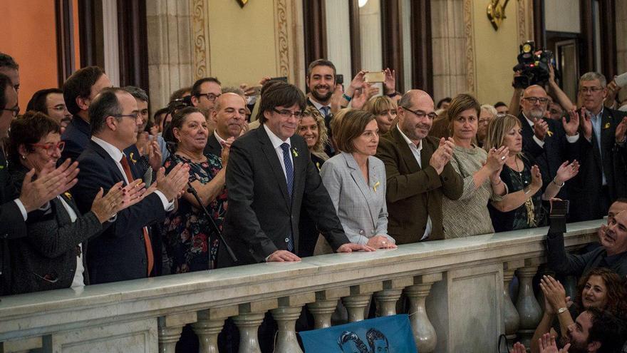 El president de la Generalitat, Carles Puigdemont, dirigiendo un discurso a los presentes