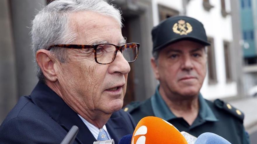 Juan Salvador León, delegado del Gobierno en Canarias, atiende a los medios tras guardar este viernes un minuto de silencio en memoria de las víctimas mortales del crimen de Adeje