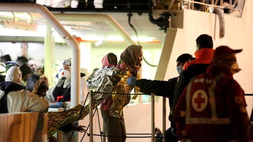 Supervivientes de una embarcación rescatada por la Guardia Costera italiana llegan a Palermo. / UNHCR / Francesco Malavolta.