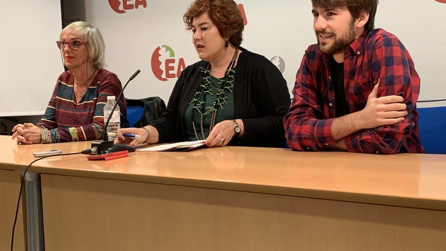 Eva Blanco, en el centro, con Begoña Arana y Andoni iriondo